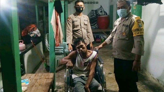 Wujud Kepedulian, Anggota Bhabinkamtibmas Sampang Beri Kursi Roda untuk Warga Difabel