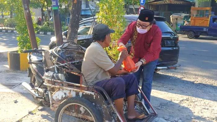 Politisi PSI Jatim Sebar Bingkisan kepada Warga saat Momen Lebaran 2021