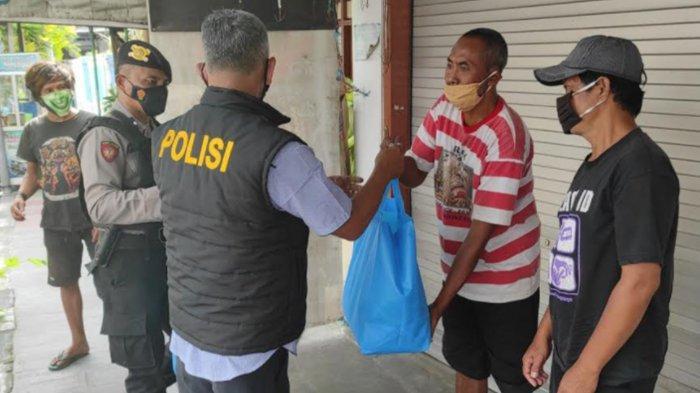 PPKM Darurat, Anggota Polres Blitar Kota Polisi Bagi Sembako ke Tukang Becak Wisata Makam Bung Karno