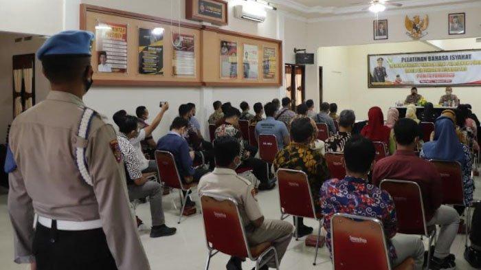 Tingkatkan Pelayanan Publik, Polres Ponorogo Gelar Pelatihan Bahasa Isyarat untuk Anggota