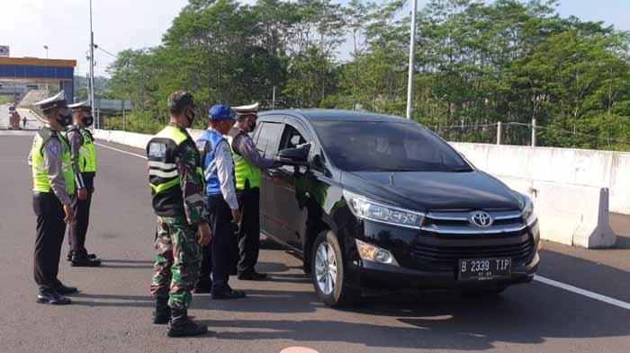 Info Larangan Mudik Malang Raya - Puluhan Mobil Keluar Exit Tol Malang Dipaksa Putar Balik