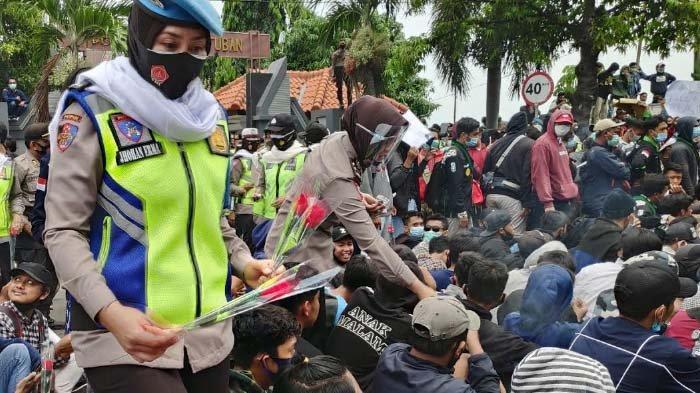 Berkat Aksi Polwan Bersorban dan Lantunan Ayat Suci Alquran, Demo Tolak UU Cipta Kerja di Tuban Aman