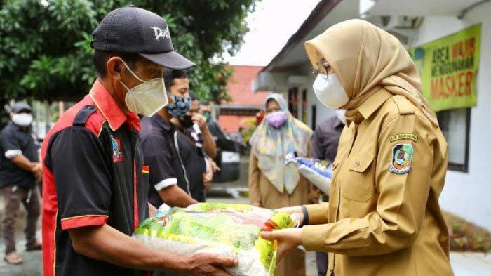 Bantuan Sembako untuk Tukang Pijat di Kapal Penyeberangan Ketapang-Gilimanuk