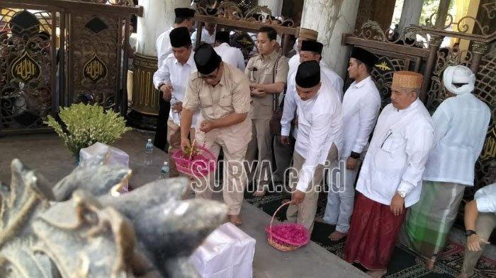 Prabowo Subianto Tabur Bunga di Makam Ulama Syaichona Cholil Bangkalan