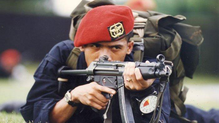 Prajurit Kopassus Angkat Tangan Sambil Senyum Saat Dikepung Suku Papua, Padahal AK-47 Sudah Siap