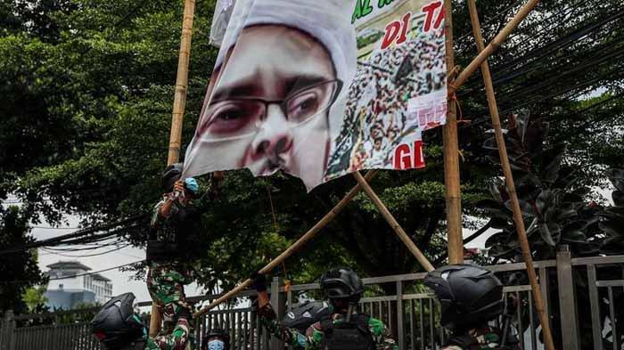 Reaksi FPI Tahu Baliho Habib Rizieq Dicopot TNI, Sebut Pangdam Jaya Lucu dan Harus Dapat Sanksi