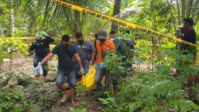 Proses olah TKP penemuan jenazah seorang pria Tulungagung di ladang di Desa Karanggandu, Kecamatan Watulimo, Kabupaten Trenggalek, Sabtu (13/2/2021).
