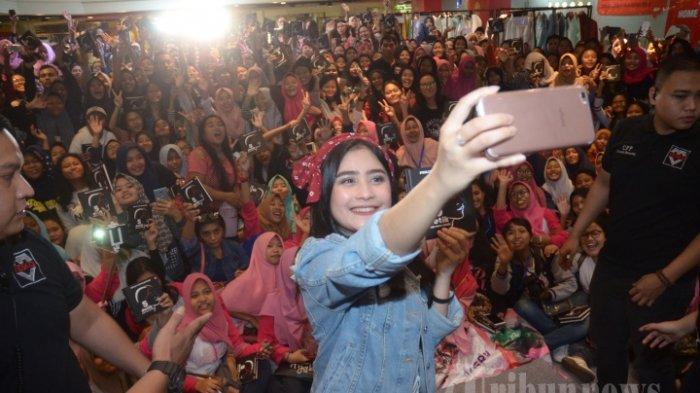 Keberanian Prilly Latuconsina Berpose BarengUlar Piton Bikin Netizen Melongo