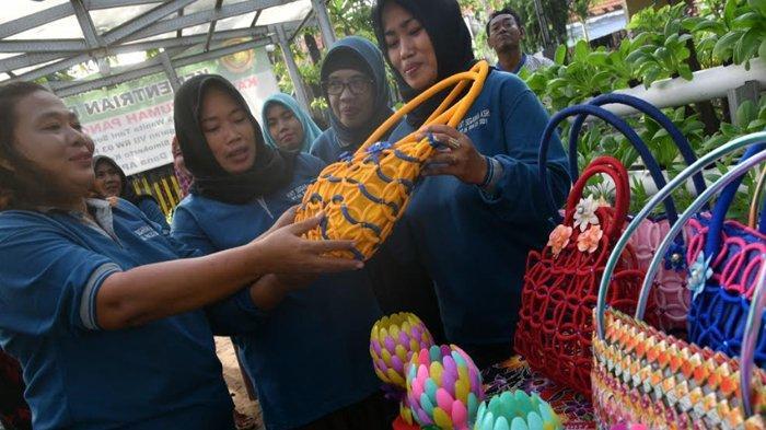 Kreativitas Warga RT 6 RW 3 Tambak Segaran Tambakrejo, Surabaya Ubah Limbah Jadi Barang Berharga