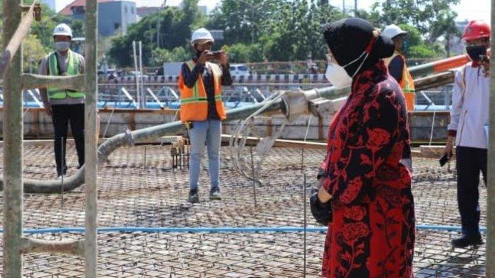 Wali Kota Surabaya Tri Rismaharini saat meninjau lokasi proyek pembangunan jembatan Joyoboyo, Rabu (30/9/2020).