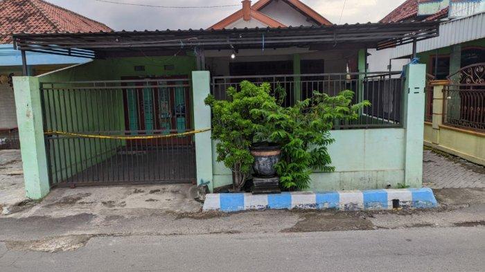 Rumah kos yang dijadikan ajang prostitusi terselubung melibatkan siswa SMP dan SMA di Jalan Raya Lingkungan Kuwung RT02/RW03, Kelurahan Meri, Kecamatan Kranggan, Kota Mojokerto.