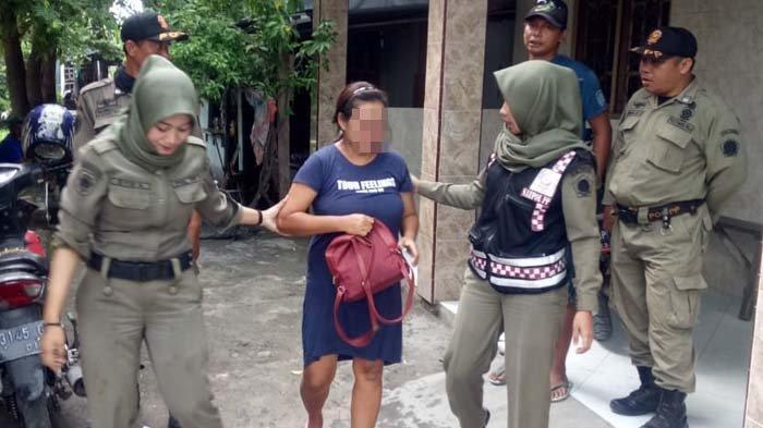 Operasi Siang Hari, Satpol PP Gresik Ciduk Tiga Pramusaji dan Puluhan Miras