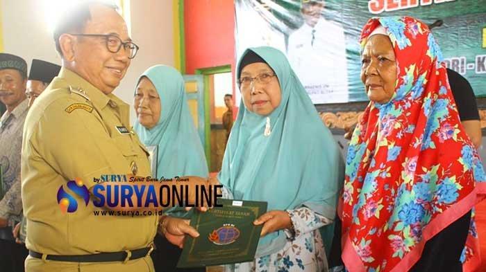 Bupati Blitar Rijanto Serahkan 1.300 Sertifikat Tanah Program PTSL ke Warga Kecamatan Binangun