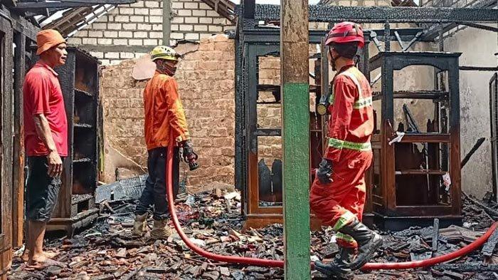 Korsleting Listrik hingga Terjadi Ledakan Tabung Gas, Rumah di Tuban Ludes Terbakar