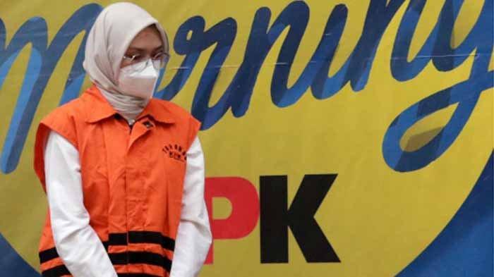 Bupati Probolinggo Puput Tantriana Sari mengenakan rompi tahanan saat konferensi pers operasi tangkap tangan (OTT) di gedung KPK, Jakarta, Selasa (31/8/2021) dini hari. KPK resmi menahan Puput Tantriana Sari dan Hasan Aminuddin bersama 3 tersangka lainnya dengan barang bukti uang Rp 362.500.000 terkait dugaan seleksi jabatan di lingkungan Pemkab Probolinggo tahun 2021.