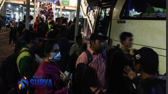 Makin Malam Calon Penumpang Membeludak di Purabaya, Mereka Saling Berebut Bus