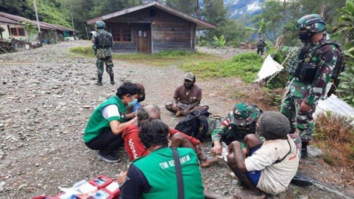 Pasukan Berlambang Ular Piton atau Yonif 756/WMS saat Turun Tangan membantu kesehatan warga. Puskesmas di wilayah tersebut dibakar KKB Papua