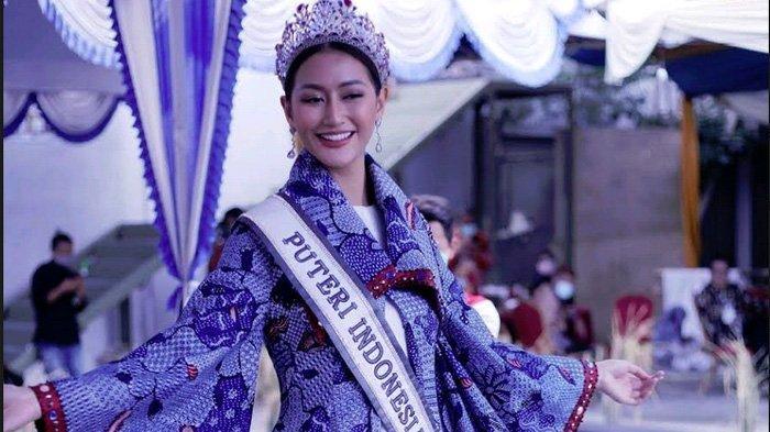 Puteri Indonesia 2020, RR Ayu Maulida Putri memperagakan batik Pamekasan dari Desa Toket, di salah satu hotel di Pamekasan, Rabu (31/3/2021).