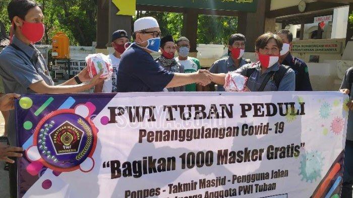 PWI Tuban Bagikan 1.000 Masker ke Ponpes, Masjid dan Pengguna Jalan