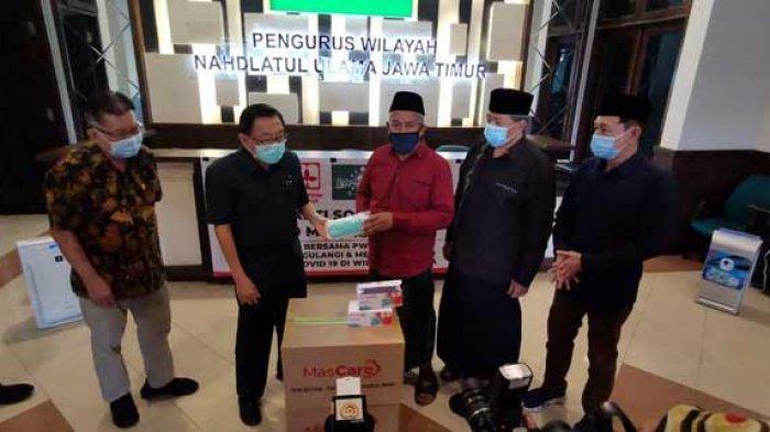 PWNU Jatim Salurkan Bantuan Masker ke Warga Bangkalan untuk Cegah Penyebaran Covid-19