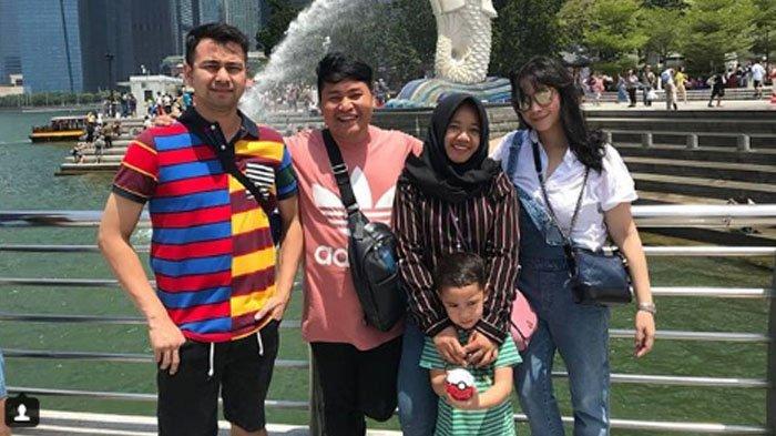 Mbak Lala (dua dari kanan) bersama keluarga Raffi Ahmad dan asistennya. Berapa Gaji Mbak Lala Pengasuh Rafathar yang Berani Bohongi Nagita Slavina?