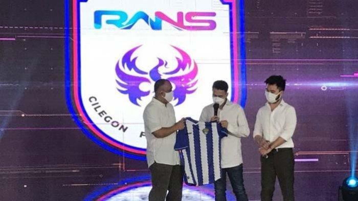Rafi Ahmad secara resmi mengumumkan susunan manajemen RANS Cilegon FC yang bakal bermain di Liga 2 Indonesia. Dua sosok membanggakan Arema Malang dipercaya Raffi Ahmad