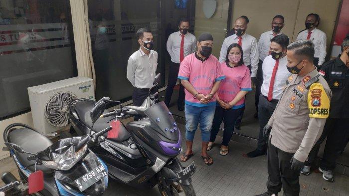 Pasutri terlibat pencurian motor dan handphone saat diamankan anggota Reskrim Polres Tuban, Senin (22/2/2021). Surya.co.id/M Sudarsono.
