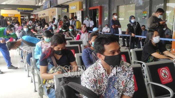 Ratusan penumpang KA memadati posko pelayanan rapid test antigen di Stasiun Gubeng Surabaya. Selasa (22/12/20/2020).