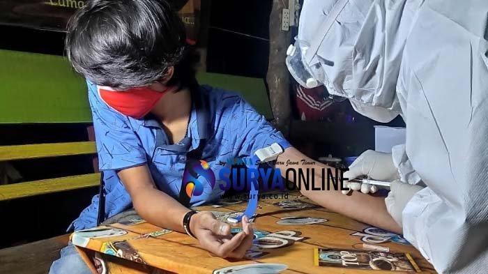 Tekankan Penggunaan Masker di Era New Normal, Pengunjung Warkop di Tuban Dilakukan Rapid Test
