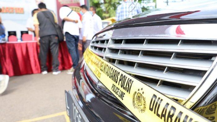 Penyidik Ditreskrimum Polda Jatim sita barang bukti dari tangan tersangka Lily Yunita.