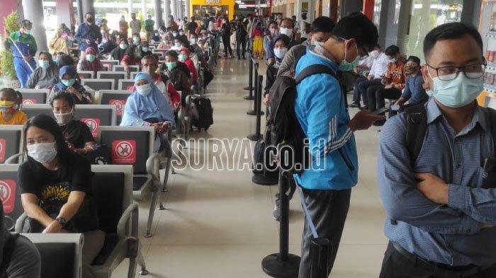Ratusan Penumpang KA Antre Rapid Test Antigen di Stasiun Gubeng, Ada yang Khawatir Tiket Hangus