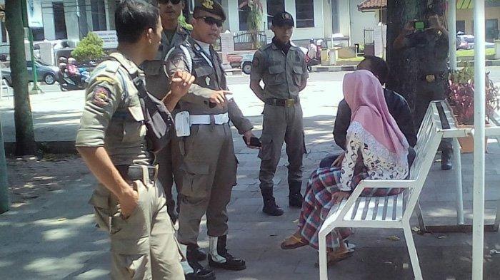 Setelah Viral di Whatsapp Pasangan Bermesraan di Alun-alun Jember, Satpol PP Gencar Razia