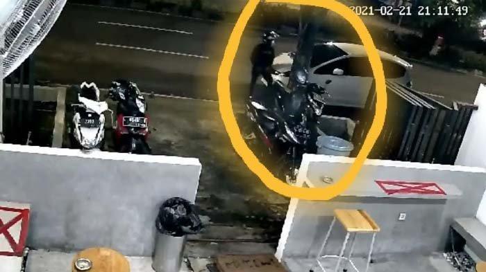 Rekaman CCTV yang menunjukkan pelaku (dalam lingkaran kuning) saat beraksi di kedai kopi Soe Sudabaya.