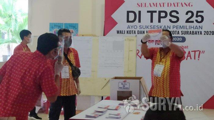 Suasana rekapitulasi suara di Tempat Pemungutan Suara (TPS) 25 Ketintang Selatan, tempat Calon Wali Kota Surabaya, Eri Cahyadi mencoblos, Rabu (9/12/2020).