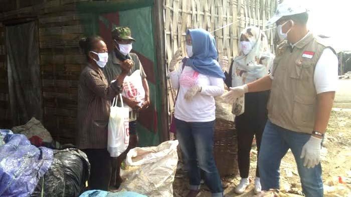 Pemulung ini Terharu Diantar Sembako dan Uang oleh Relawan Galang Kemajuan (GK) Center Jatim