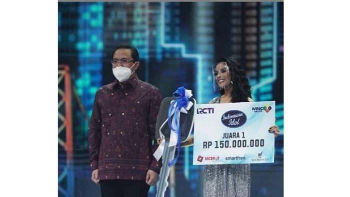 Rimar Callista menerima hadiah sebagai juara 1 Indonesian Idol 2021