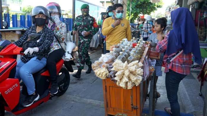 Risma Blusukan Pakai Motor ke Perkampungan Surabaya, Minta Warga Disiplin Protokol Kesehatan