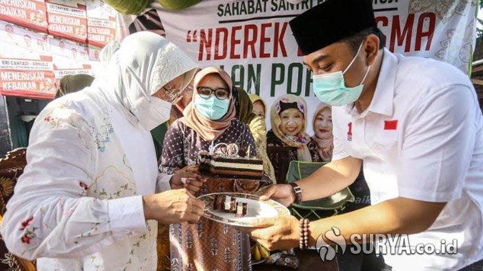 Risma Kawal Eri Cahyadi Kampanye di Kawasan Keputih, Dapat Kejutan Kue Ultah dari Ibu-ibu