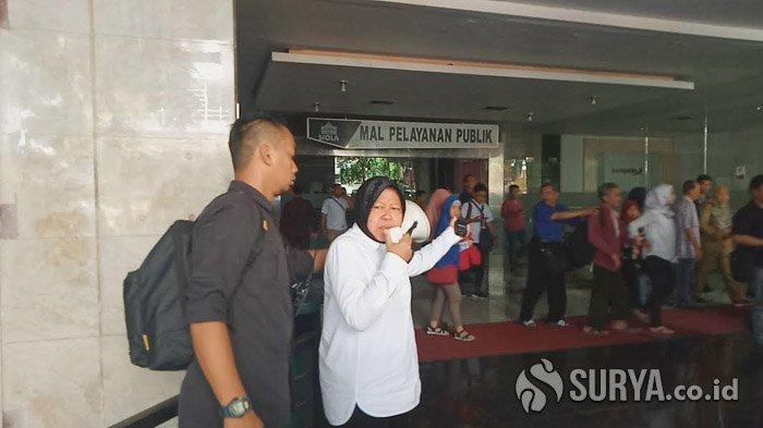 Risma Langsung Turun ke Lokasi Kebakaran di Gedung Siola Surabaya