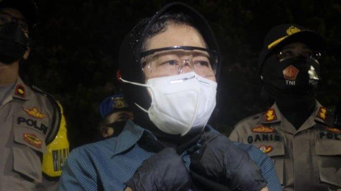 Wali kota Surabaya, Tri Rismaharini saat memimpin rapid test massal di kawasan Suramadu, Surabaya.