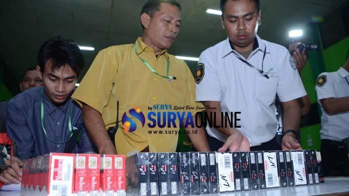 Galeri Foto PPIH Embarkasi Surabaya Sita Rokok dan Jamu CJH Kloter 8 Bangkalan