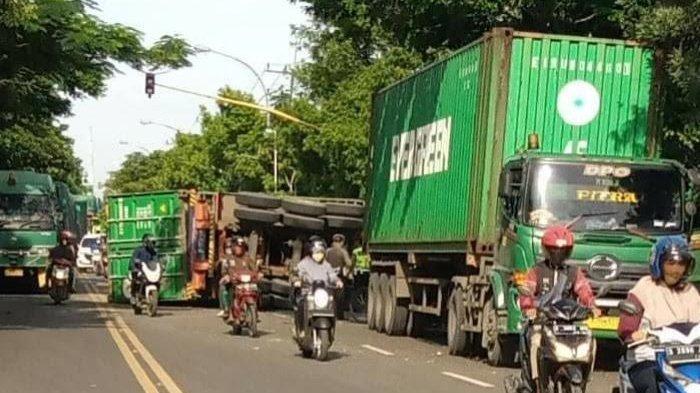 Truk Kontainer Terguling di Jalur Poros Kabupaten Lamongan, Sopir Mengaku Tak Bisa Kuasai Kemudi
