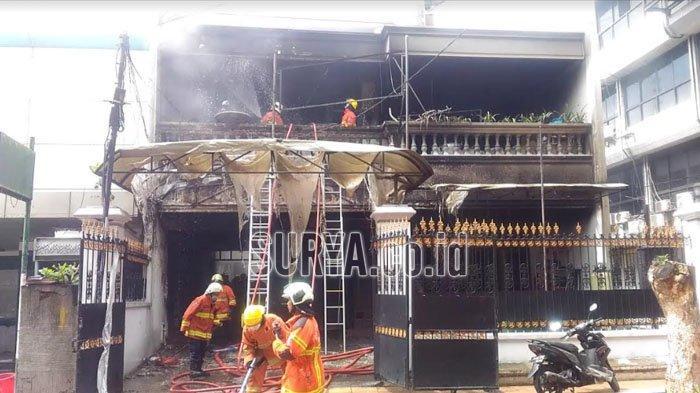 Rumah Dua Lantai di Kota Surabaya Terbakar, Pemilik Menangis saat Proses Pemadaman Api