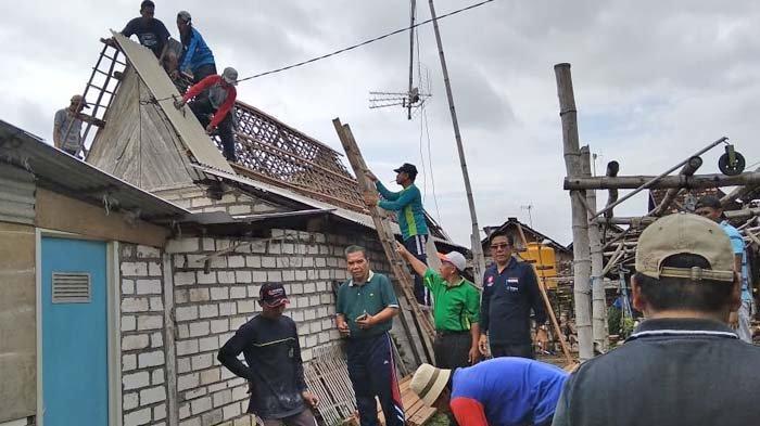 Puting Beliung dan Hujan Lebat Terjang Gresik Utara, Puluhan Rumah Rusak