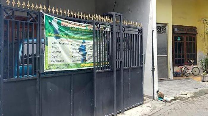 Suasana tempat tinggal terduga teroris di Simorejo, Surabaya,  yang sempat digeledah Tim Densus 88, Jumat (2/4/2021).