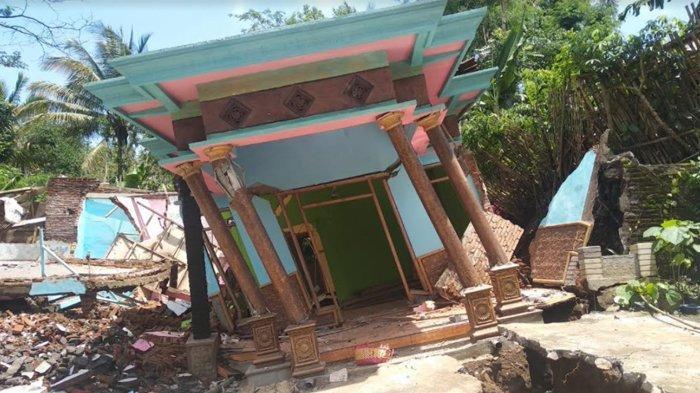 Tanah Longsor Bikin Rumah Warga Desa Baturetno Kabupaten Malang Ini Nyaris Roboh