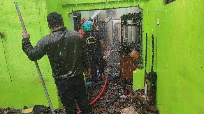 Diduga Akibat Korsleting, Rumah Warga Sambeng Lamongan Terbakar, Dua Jam Api Baru Bisa Dijinakkan