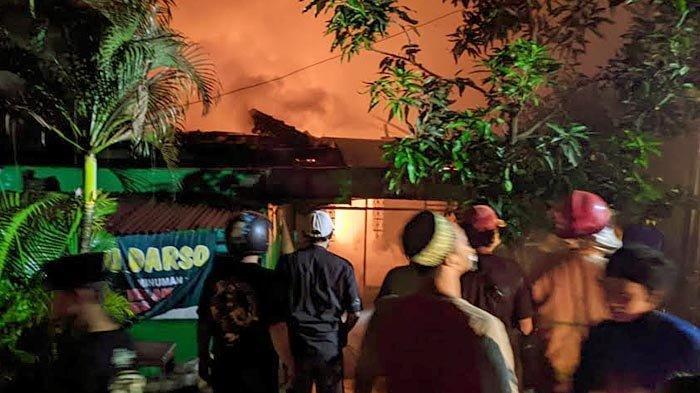 Kebakaran sebuah rumah di Jalan Brawijaya, Lingkungan Kauman Sidogede Gang IX, Kelurahan Kauman, Kecamatan Prajuritkulon, Kota Mojokerto, Sabtu (1/5/2021) sore.