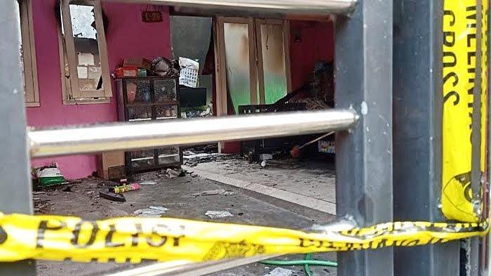 Kondisi rumah milik Andrianto Asrianto di Perumahan Citra Sentosa Mandiri (CSM) Sidoarjo, setelah dibakar oleh seorang pelajar SMP pada Sabtu (8/5/2021) malam.