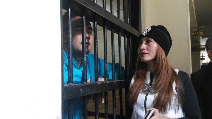 Saipul Jamil dijenguk di sel tahanan Pengadilan Negeri Jakarta Utara, Senin (9/5/2016), oleh Indah Sari.